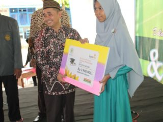 Ketua PWM Jateng Serahkan Beasiswa Prestasi Lazismu Pekalongan