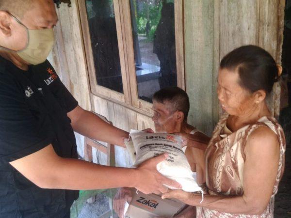 Dua Lansia di Kesesi Tak Pernah Dapat Bantuan, Lazismu dan TPPC Turun Tangan